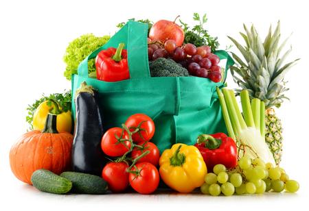 유기농 식품 조성 흰색 배경에 고립입니다. 균형 잡힌 식단