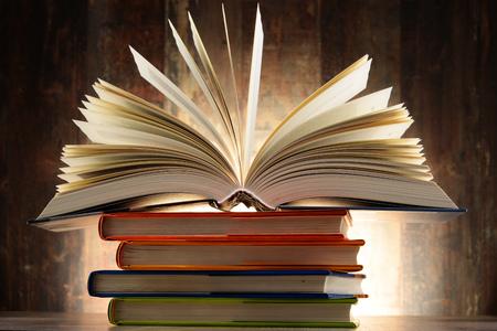 literatura: Composición con libros de tapa dura. Literatura y educación. Foto de archivo