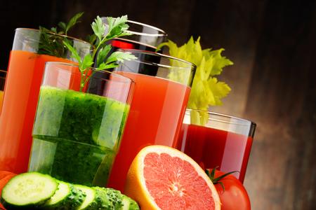 Vetri con verdura e succhi di frutta biologici freschi. Detox dieta Archivio Fotografico