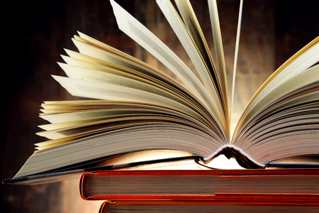 literatura: Composici�n con libros de tapa dura. Literatura y educaci�n. Foto de archivo