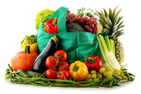 alimentacion balanceada: Composici�n con alimentos org�nicos aislados sobre fondo blanco. Dieta equilibrada