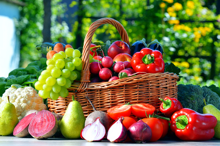 alimentacion equilibrada: Verduras org�nicas frescas y frutas en el jard�n. Dieta equilibrada