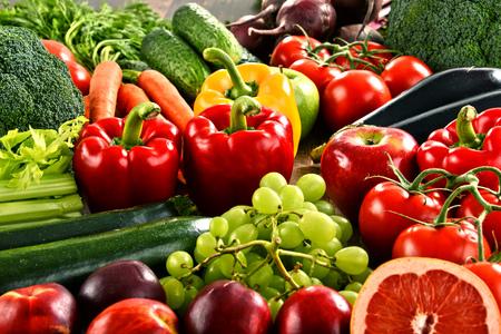 owocowy: Kompozycja z różnych organicznych warzyw i owoców.