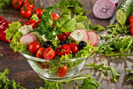 ensalada de verduras: Ensalada vegetal copa sobre la mesa de la cocina. Dieta equilibrada. Foto de archivo
