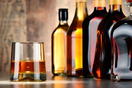 bebidas alcoh�licas: Bottles of assorted alcoholic beverages.