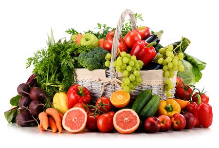 바구니에 유기농 야채와 과일의 다양한 화이트에 격리
