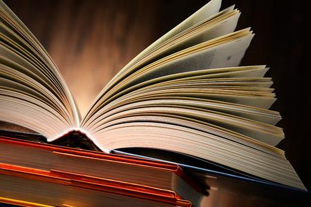 literatura: Composición con libros de tapa dura en la biblioteca