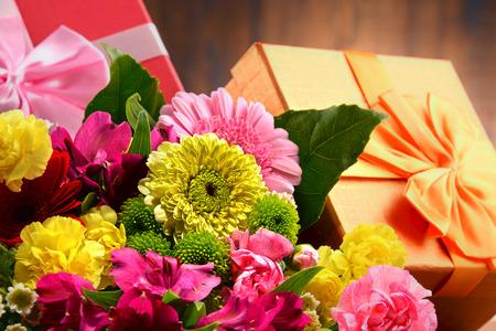 mazzo di fiori: Composizione con bouquet di fiori e confezioni regalo Archivio Fotografico