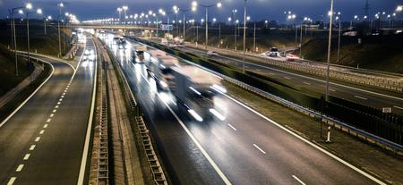 carga: Cuatro carriles de acceso controlado carretera en Polonia.