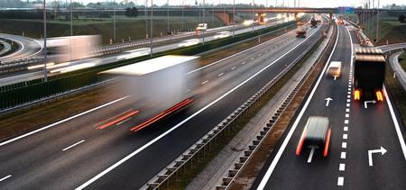 4 車線制御アクセスは、ポーランドの高速道路。