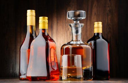 tomando alcohol: Composición con botellas de bebidas alcohólicas y vaso de whisky
