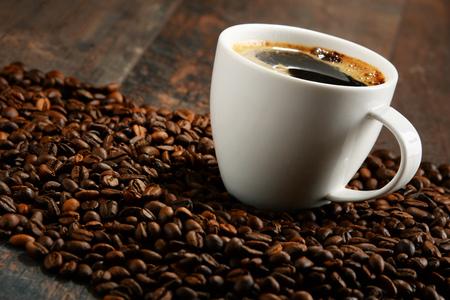 filiżanka kawy: Kompozycja z białym kubek i ziarna kawy.