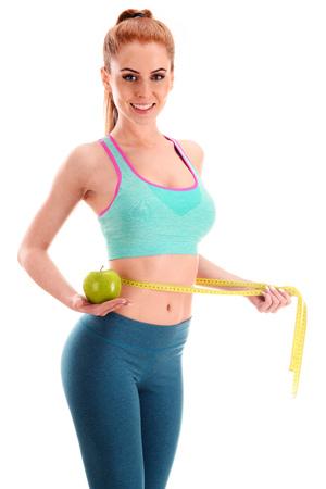 젊은 여자 측정 테이프와 사과를 들고. 체중 감량.