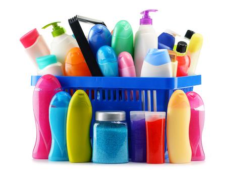 productos de belleza: Cesta con los productos de cuidado corporal y de belleza aislado en blanco