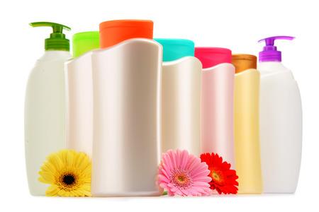 productos de belleza: Las botellas de plástico de productos de cuidado corporal y de belleza aislados en blanco
