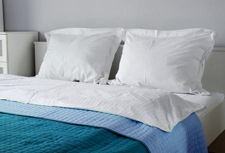 cama: Cama doble en la habitaci�n del hotel. Alojamiento Foto de archivo