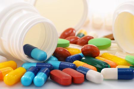 Composición con variedad de píldoras de la droga y de contenedores. Foto de archivo