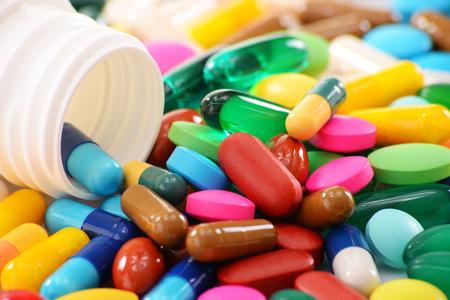 pastillas: Composición con variedad de píldoras de la droga y de contenedores.