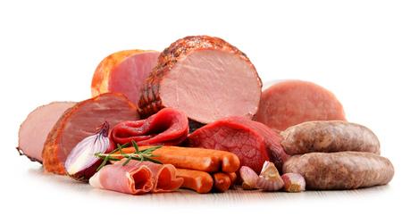 jamon: productos cárnicos, incluyendo una variedad de jamón y salchichas aisladas sobre fondo blanco