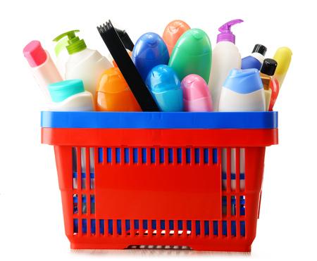 productos quimicos: Cesta con los productos de cuidado corporal y de belleza aislado en blanco