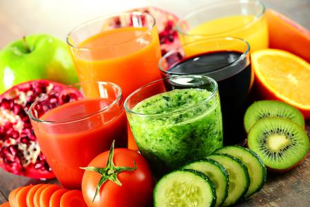 jugo de frutas: Vasos de jugos de frutas y verduras orgánicas frescas. Dieta de desintoxicación.