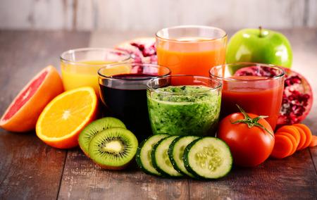 jugo verde: Vasos de jugos de frutas y verduras orgánicas frescas. Dieta de desintoxicación.