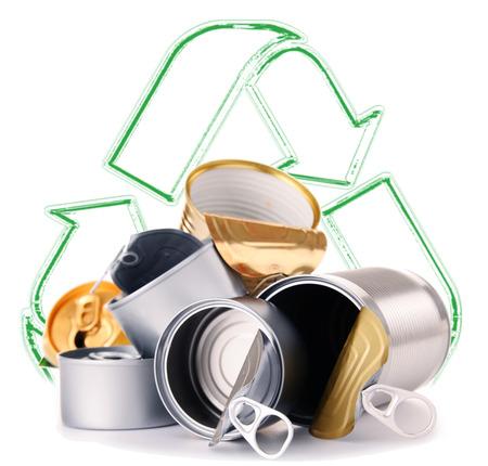 ferraille: signe de recyclage et de boîtes métalliques isolé sur fond blanc