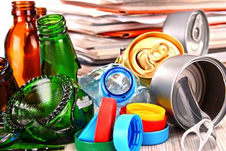 metallschrott: Wiederverwertbaren Müll, bestehend aus Glas, Kunststoff, Metall und Papier.