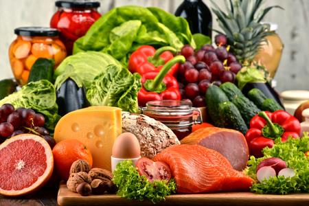 Variedad de alimentos orgánicos incluyendo vegetales de frutas lácteos pan y carne. Dieta equilibrada. Foto de archivo