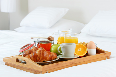 breakfast in bed: Breakfast in bed in hotel room. Accommodation.