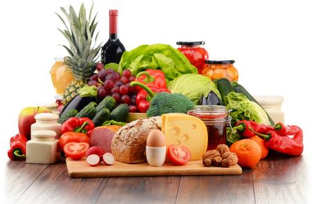 dairy: Variedad de alimentos orgánicos incluyendo vegetales de frutas lácteos pan y carne. Dieta equilibrada.