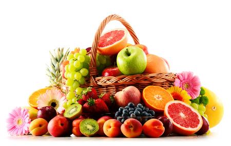 canastas con frutas: Composición con variedad de frutas aisladas sobre fondo blanco Foto de archivo