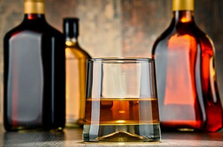 bebidas alcoh�licas: Vidrio y botellas de bebidas alcoh�licas surtidos. Foto de archivo