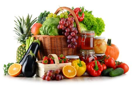 canastas de frutas: Composición con alimentos orgánicos aislados sobre fondo blanco. Dieta equilibrada