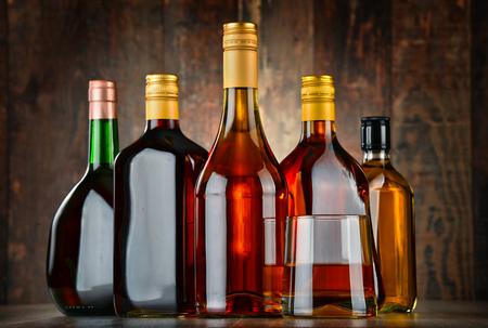 bebidas alcohÓlicas: Vidrio y botellas de bebidas alcohólicas surtidos. Foto de archivo