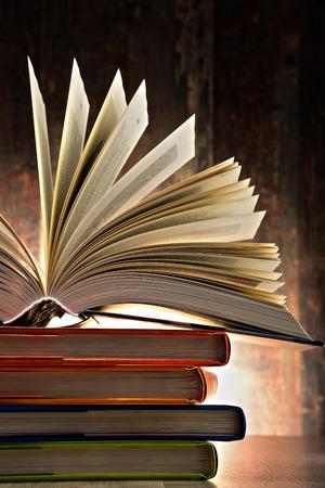 literature: Composición con libros de tapa dura. Literatura y educación. Foto de archivo