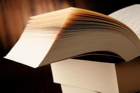 libros abiertos: Composición con los libros de bolsillo. La literatura y la educación.