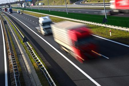 ciężarówka: Cztery pasa kontrolowanym dostęp do autostrady w Polsce.