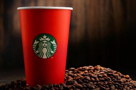 filiżanka kawy: Starbucks kubki kawy i fasoli