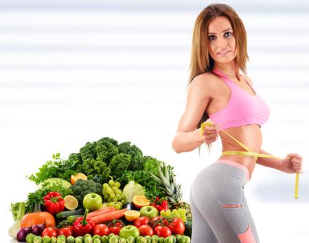 comiendo frutas: Hacer dieta. Dieta equilibrada a base de verduras y frutas orgánicas primas Foto de archivo
