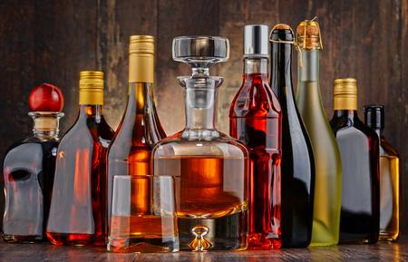 bebidas alcohÓlicas: Composición con botellas de bebidas alcohólicas surtidos.