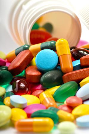 Composizione con varietà di pillole di droga e container Archivio Fotografico