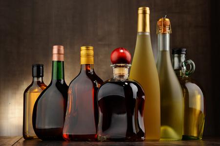 bebidas alcoh�licas: Composici�n con botellas de bebidas alcoh�licas surtidos.