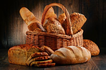 canestro basket: Composizione con varietà di prodotti da forno sul tavolo di legno