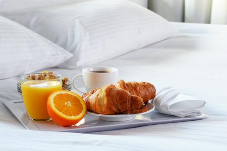 Petit déjeuner au lit dans la chambre d'hôtel. Hébergement. Banque d'images