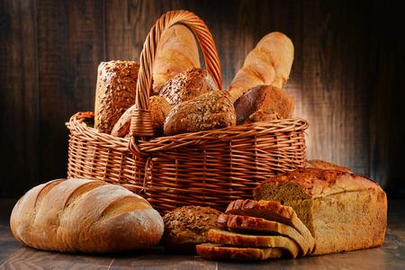 Composition avec une variété de produits de cuisson sur la table en bois