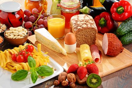 Composition avec une variété de produits alimentaires biologiques sur la table de cuisine Banque d'images