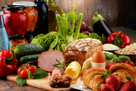 produits alimentaires: Composition avec une variété de produits alimentaires biologiques sur la table de cuisine Banque d'images