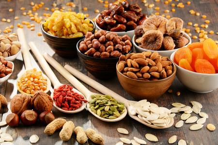 Komposition mit getrockneten Früchten und verschiedenen Nüssen.