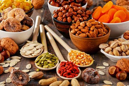 frutas deshidratadas: Composición con frutos secos y nueces surtidos.